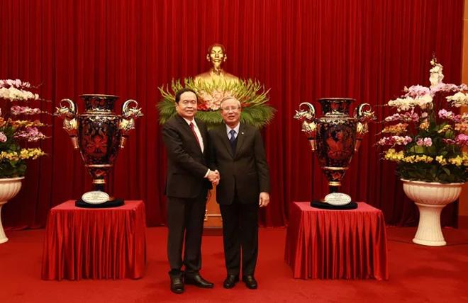 Ủy viên Bộ Chính trị, Thường trực Ban Bí thư Trần Quốc Vượng - Trưởng Tiểu ban tổ chức phục vụ Đại hội đại biểu toàn quốc lần thứ XIII của Đảng tiếp nhận Cúp Lạc Hồng từ Ủy ban Trung ương MTTQ Việt Nam.