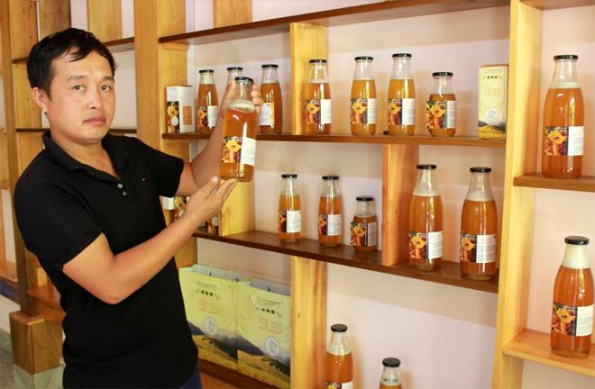 Anh Nguyễn Văn Toản - Phó Giám đốc Hợp tác xã Xây dựng và Dịch vụ nông nghiệp tổng hợp Mù Cang Chải giới thiệu sản phẩm thương hiệu Mật ong hoa tự nhiên Mù Cang Chải.