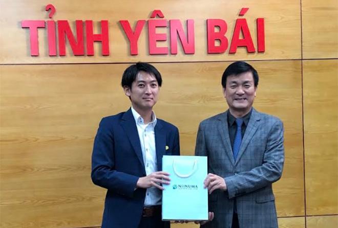 Ông minowa – tổng giám đốc công ty tnhh niinuma việt nam tặng quà lưu niệm lãnh đạo tỉnh yên bái.