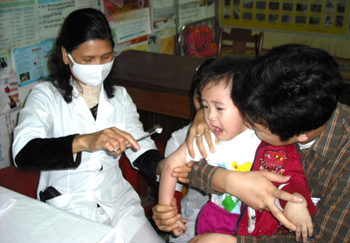 Yên Bái: Phấn đấu có 141 xã đạt chuẩn quốc gia về y tế trong năm 2010 60948_kham-benh