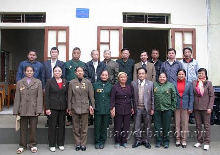 Hội Cựu TNXP tỉnh trao nhà tình nghĩa cho cựu TNXP Phan Thị Sinh ở thôn 3, xã Văn Phú (thành phố Yên Bái).