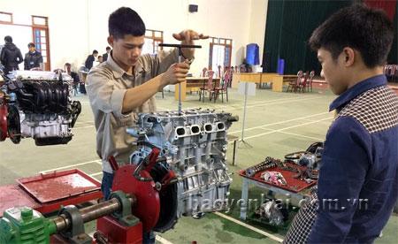 Một giờ học của học viên lớp nghề công nghệ ô tô.
