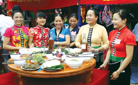 """Hội thi """"Hương vị ẩm thực Mường Lò"""" mỗi năm tổ chức một lần, thu hút nhiều du khách đến tham quan và thưởng thức các món ăn dân tộc của đồng bào Thái. (Ảnh: Ngọc Đồng)"""