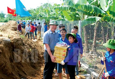 Bí thư Tỉnh đoàn Nông Việt Yên tặng quà Đội Thanh niên tình nguyện trên công trường đường vành đai thị xã Nghĩa Lộ.
