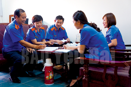 Cán bộ, đảng viên thuộc Chi bộ Phòng 3 - Viện Kiểm sát nhân dân tỉnh trao đổi các nội dung trước khi ký cam kết học tập và làm theo lời Bác.