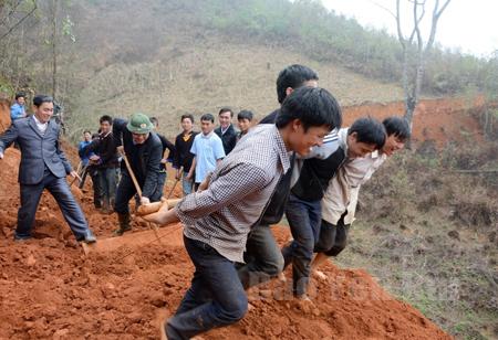 Thanh niên Yên Bái chung tay xây dựng nông thôn mới.