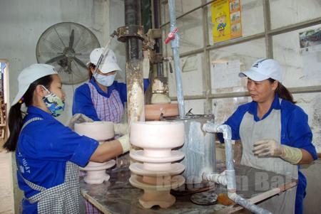 Công nhân Công ty cổ phần Sứ kỹ thuật Hoàng Liên Sơn tạo hình sản phẩm.