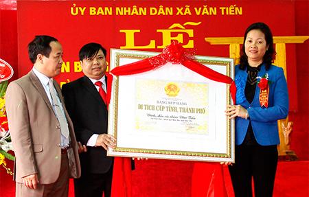 Đồng chí Ngô Hồng Hạnh - Phó Chủ tịch UBND thành phố Yên Bái trao Bằng xếp hạng Di tích lịch sử cấp tỉnh đình, đền, chùa Văn Tiến cho chính quyền xã Văn Tiến.