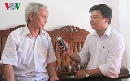 PGS.TS Hồ Tấn Sáng trả lời phỏng vấn của phóng viên.
