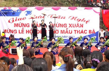 Giao lưu văn nghệ trong lễ hội đền Mẫu Thác Bà (Yên Bình) xuân Đinh Dậu 2017. (Ảnh: Vũ Đồng)