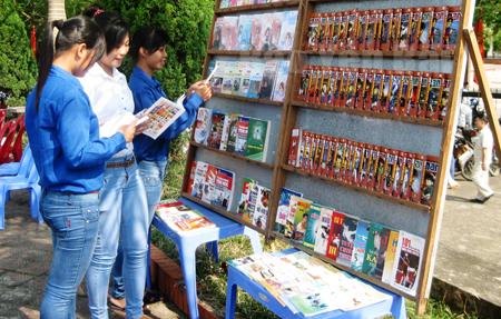 Thư viện tỉnh trưng bày, giới thiệu sách, báo có nội dung tuyên truyền, phổ biến pháp luật cho người dân.