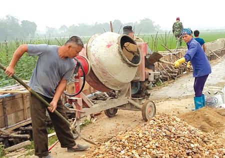Dưới sự lãnh đạo của các chi bộ cơ sở nhân dân tích cực xây dựng nông thôn mới. (Trong ảnh: Nhân dân thôn Cống Đá, xã Âu Lâu (thành phố Yên Bái) bê tông hóa kênh mương nội đồng.