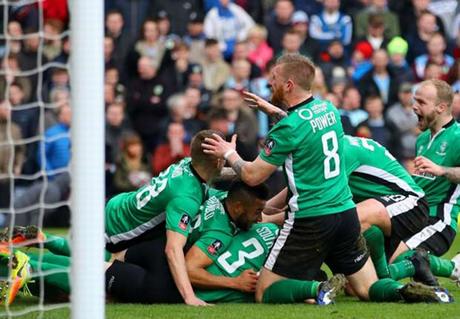 Niềm vui của các cầu thủ Lincoln sau chiến thắng trước Burnley