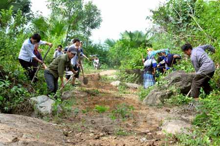 Nhân dân xã Phong Dụ Thượng tham gia tu sửa đường liên thôn.