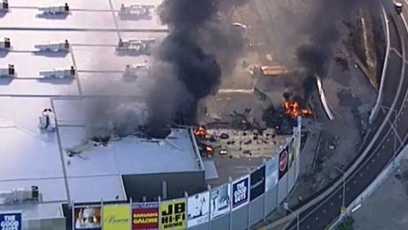 Chiếc máy bay đã đâm vào khu vực nhà kho của trung tâm mua sắm.