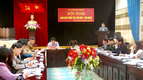 Đồng chí Trưởng ban Tuyên giáo Tỉnh ủy Nguyễn Minh Tuấn phát biểu định hướng nhiệm vụ văn hóa – văn nghệ trong thời gian tới.