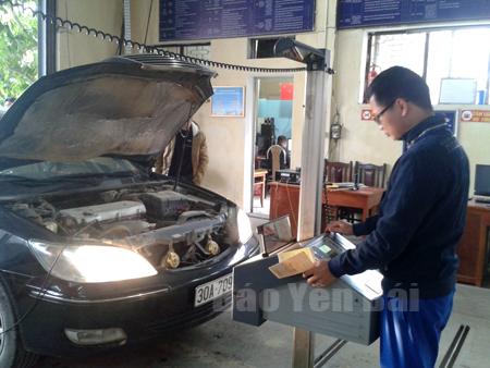 Đăng kiểm viên Trung tâm Đăng kiểm xe cơ giới Yên Bái kiểm định phương tiện.