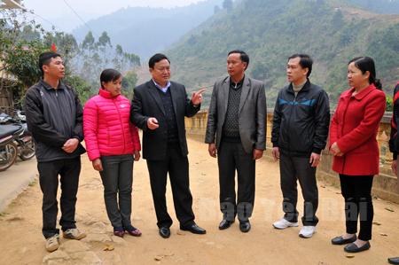 Các đồng chí lãnh đạo huyện Trạm Tấu trao đổi việc triển khai thực hiện Chỉ thị 05 của Bộ Chính trị với cán bộ xã Bản Công.