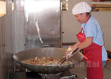 Chế biến thức ăn tại các bếp ăn tập thể cần có nguồn nguyên liệu an toàn.