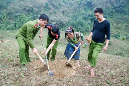 Lực lượng vũ trang huyện Trấn Yên giúp người dân xã Hồng Ca trồng tre măng Bát độ.