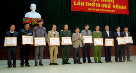 Đảng bộ huyện Văn Chấn khen thưởng cho các tổ chức cơ sở đảng đạt danh hiệu Trong sạch vững mạnh tiêu biểu năm 2016.