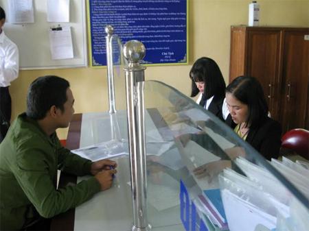 Cán bộ xã Thanh Lương giải quyết công việc cho người dân.