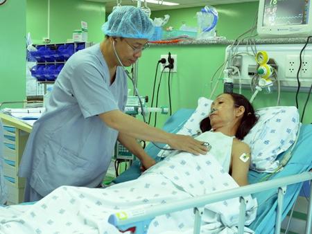 Phó giáo sư-tiến sỹ, bác sỹ Nguyễn Hoàng Định thăm khám cho bệnh nhân sau khi phẫu thuật thay van tim bằng kỹ thuật Ozaki.