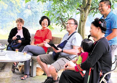 Du khách nghỉ ngơi, giao lưu cùng dân địa phương tại điểm du lịch cộng đồng Ngòi Tu, xã Vũ Linh.
