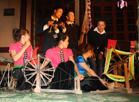 Biểu diễn Hạn Khuống trong các đêm hội. (Ảnh: Nghệ nhân Điêu Thị Xiêng truyền dạy các điệu xòe cổ cho thế hệ trẻ).