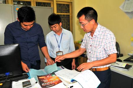Cán bộ Chi cục Thuế huyện Mù Cang Chải trao đổi nghiệp vụ chuyên môn. (Ảnh: Quang Thiều)