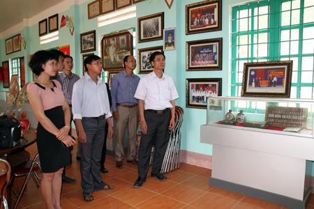 Cán bộ đảng viên xã Cát Thịnh, huyện Văn Chấn tìm hiểu truyền thống xã anh hùng lực lượng vũ trang nhân dân.