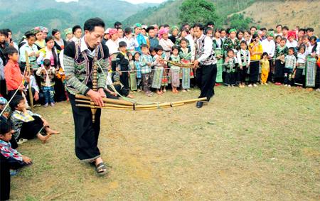 Múa khèn là nét văn hoá đặc trưng không thể thiếu trong ngày tết của đồng bào Mông.