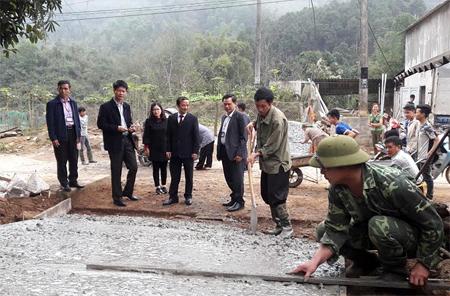Lãnh đạo tỉnh, huyện Trấn Yên về thăm thôn Khuôn Bổ, xã Hồng Ca.