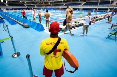 Nhân viên cứu hộ bể bơi.