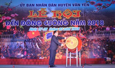 Đồng chí Vũ Quang Hải - Phó Bí thư Huyện ủy, Chủ tịch UBND huyện Văn Yên đánh trống khai hội đền Đông Cuông năm 2018.