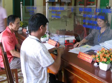 Cán bộ bộ phận tiếp nhận và trả kết quả thị trấn Yên Bình giải quyết công việc cho công dân.