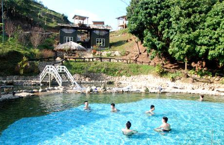 Khu nghỉ dưỡng, tắm suối nước nóng của Vũ Mạnh Cường do chính tay anh thiết kế, xây dựng, thu hút đông đảo du khách.