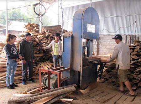 Xưởng sản xuất gỗ rừng trồng của Công ty TNHH Thương mại và Sản xuất Hùng Mạnh tạo việc làm cho nhiều lao động ở xã Nghĩa Phúc.