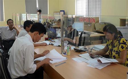 Bộ phận giao dịch một cửa tại Chi cục Thuế thành phố Yên Bái giải quyết các TTHC cho người dân và doanh nghiệp.