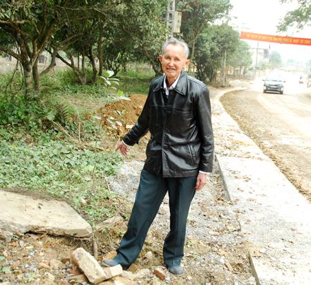 Ông Hoàng Văn Thưởng ở thôn 7, xã Vân Hội hiến trên 1.000 m2 đất để mở rộng đường trung tâm xã.