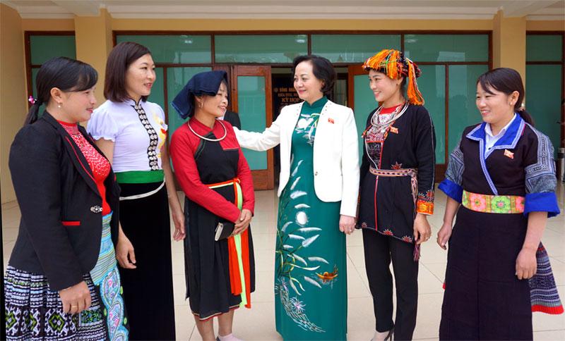 Bí thư Tỉnh ủy, Chủ tịch HĐND tỉnh Phạm Thị Thanh Trà trò chuyện với cán bộ nữ người dân tộc thiểu số.