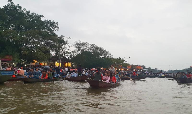 Trên suối Yến tấp nập đò chở du khách thập phương về chùa Hương trảy hội.