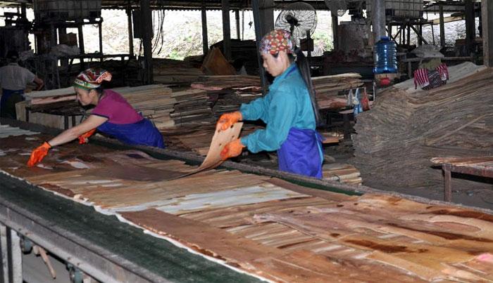 Đoàn viên, người lao động Công ty cổ phần Yên Thành trong dây chuyền sản xuất gỗ.