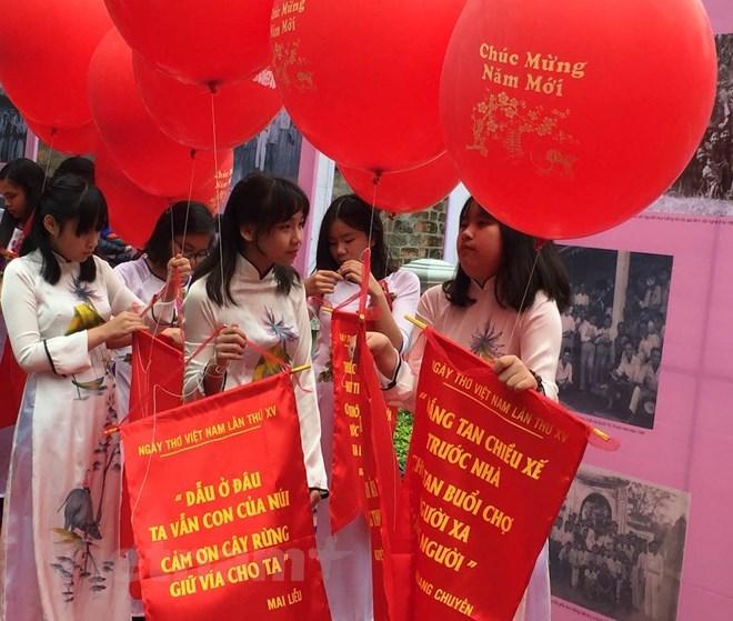 Thả thơ là một trong những nghi thức tiêu biểu của Ngày thơ Việt Nam.