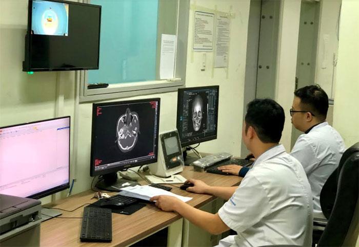 Các bác sỹ Bệnh viện Đa khoa tỉnh, phân tích hình ảnh để đưa ra phác đồ điều trị cho bệnh nhân.