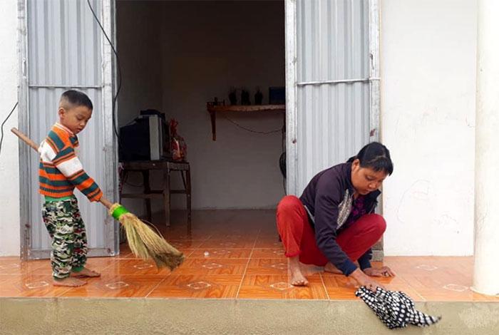 Mẹ con chị Hường dọn dẹp để đón tết trong ngôi nhà mới.