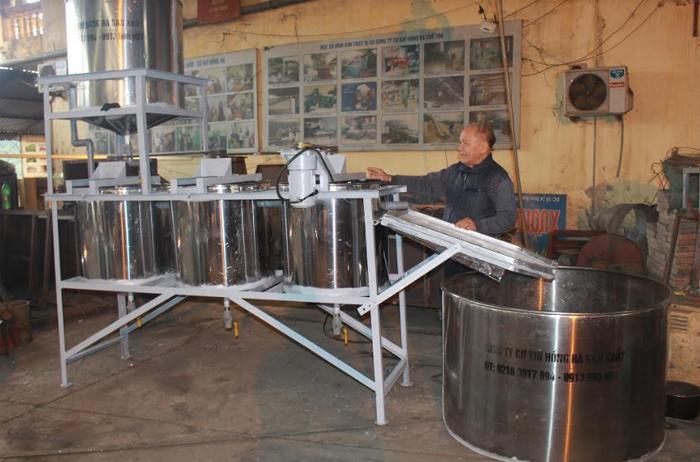 Ông Vũ Hữu Lê giới thiệu sản phẩm hệ thống lọc bột dong.