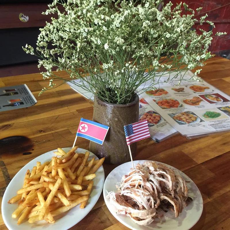 Ngay cả món ăn cũng được cắm những chiếc cờ nhỏ xinh, vui mắt.