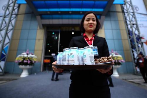Nhân viên Tập đoàn phục vụ đồ uống miễn phí tại sự kiện.