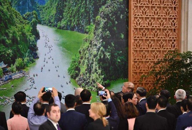Tổng thống Mỹ thích thú với phong cảnh thiên nhiên Việt Nam.
